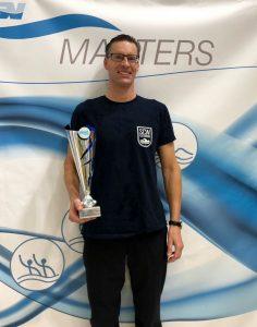 Frank Gruner mit dem Siegerpokal bei den Deutschen Mannschaftsmeisterschaften der Masters in Osnabrück.