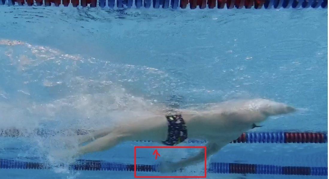 Rücken -1: Der Abdruck der Hand geht nach unten und der Arm ist zu tief. Die Handfläche sollte zu den Füßen zeigen und die Bewegung flacher sein