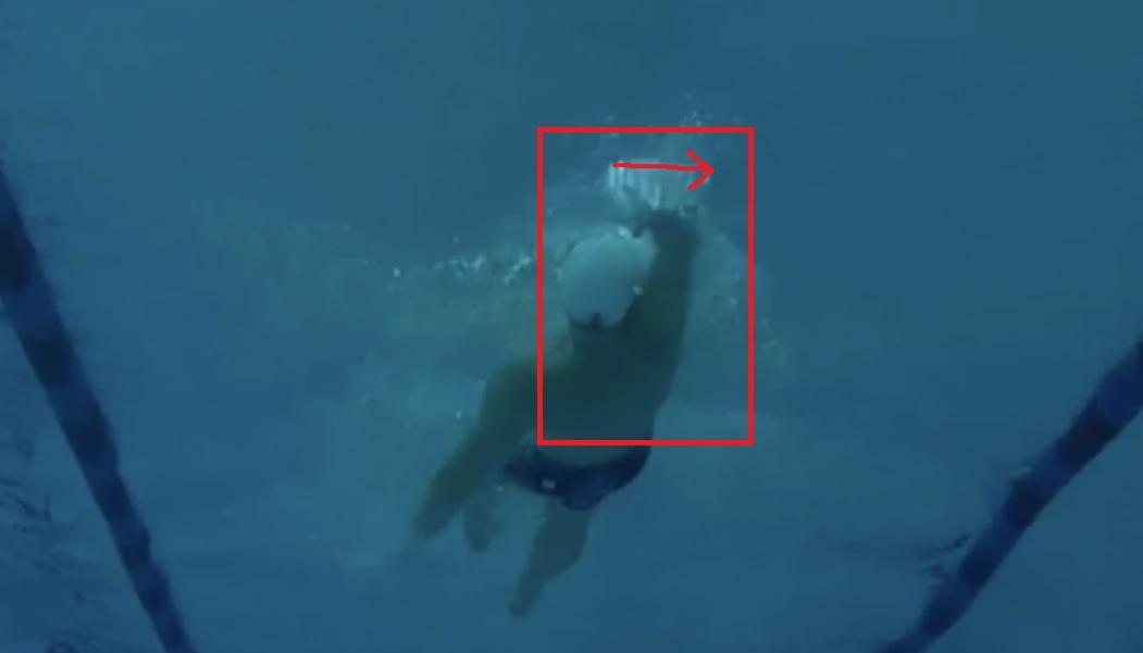 Rücken - 2: Der rechte Unterarm überkreuzt die Körperachse. Stattdessen muss der Arm in 11-Uhr Position ins Wasser eintauchen